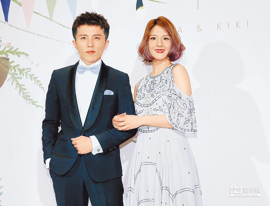 小宇(左)昨與郭靜分別擔任伴郎、伴娘。(盧禕祺攝)