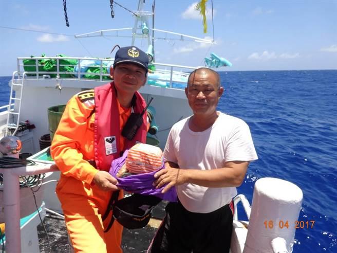 公海巡護落實責任制遠洋漁業、確保漁業資源永續利用;同時代表政府慰勉在該海域作業的我國遠洋漁船漁民、了解作業環境。(劉宥廷翻攝)