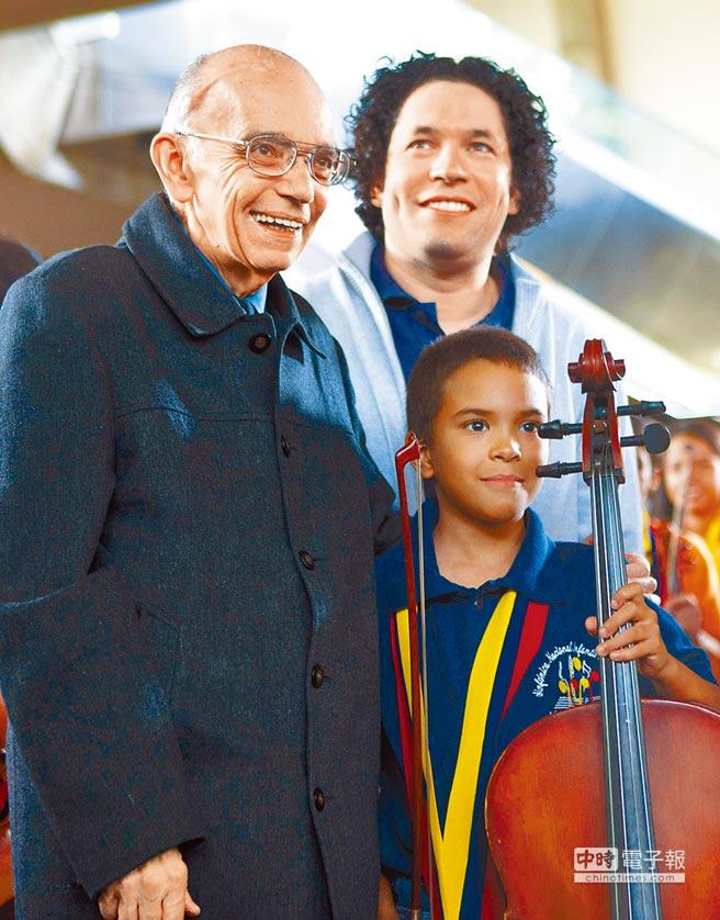 委內瑞拉經濟學家兼音樂家艾柏魯(左一)創辦系統教育(El Sistema),透過音樂幫助30多萬邊緣少年走出貧困及罪惡,在全球掀起一股音樂教育社會學熱潮。左二為受惠於這項教育的青年指揮杜達美。(美聯社)