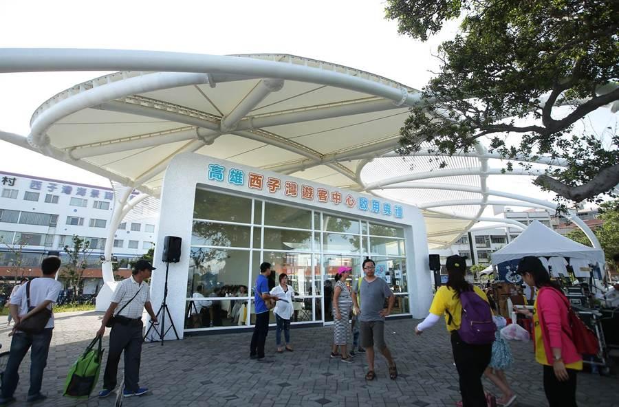 西子灣遊客中心正式啟用,橢圓形建築外觀宛若貝殼珍珠被藍天海洋綠地襯托,吸引民眾參觀。(王錦河攝)