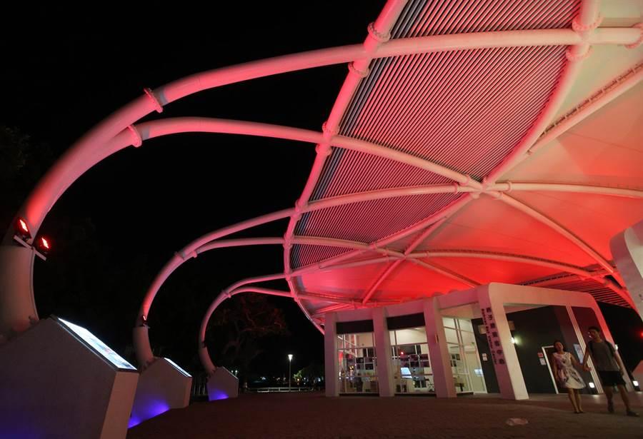西子灣遊客中心正式啟用,橢圓美學建築外觀採用鋼結構與薄膜屋頂等綠建築設計,傍晚呈現多彩燈光變幻,吸引民眾參觀。(王錦河攝)