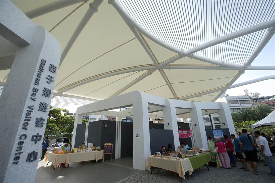 西子灣遊客中心正式啟用,橢圓美學建築外觀採用鋼結構與薄膜屋頂等綠建築設計,遊客中心旁是男女洗手間(中),每周六日還設有戶外市集至8月6日。(王錦河攝)