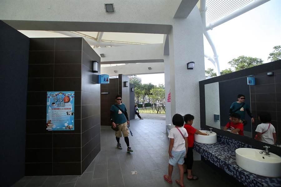 西子灣遊客中心旁的男女洗手間。(王錦河攝)