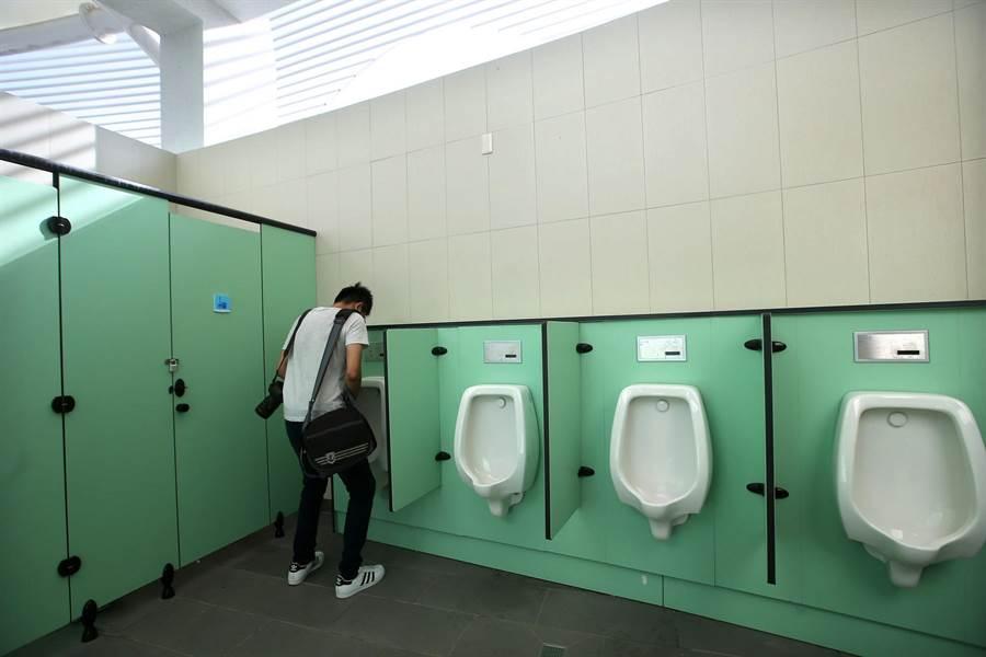 西子灣遊客中心旁的男性洗手間寬敞明亮。(王錦河攝)