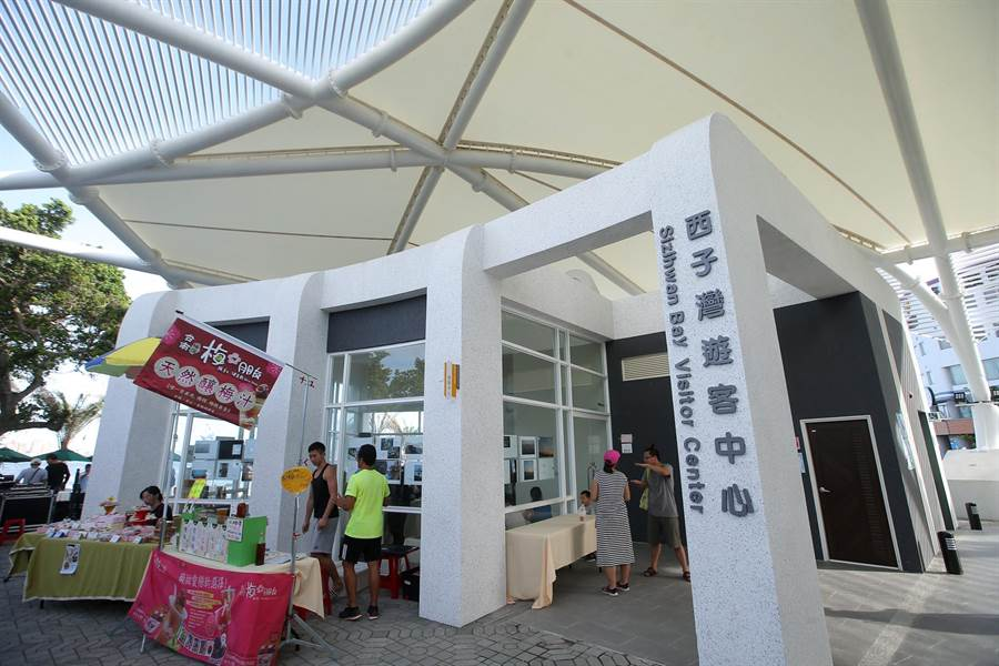 西子灣遊客中心正式啟用,橢圓美學建築外觀採用鋼結構與薄膜屋頂等綠建築設計,每周六日還設有戶外市集至8月6日。(王錦河攝)