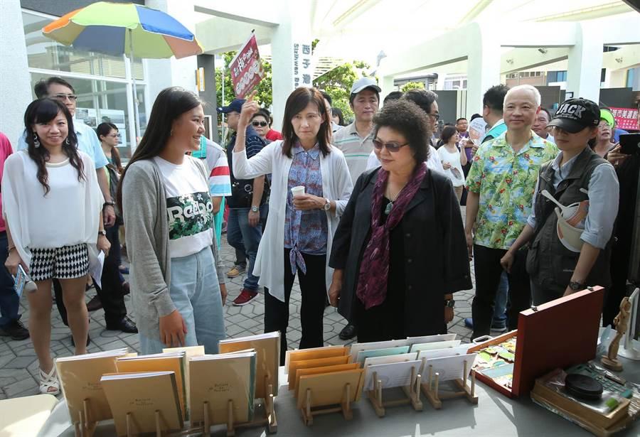 高雄市長陳菊(前排右三)在觀光局長曾姿雯(中)等人士陪同下參觀每周六日在西子灣遊客中心旁舉辦的戶外市集。(王錦河攝)