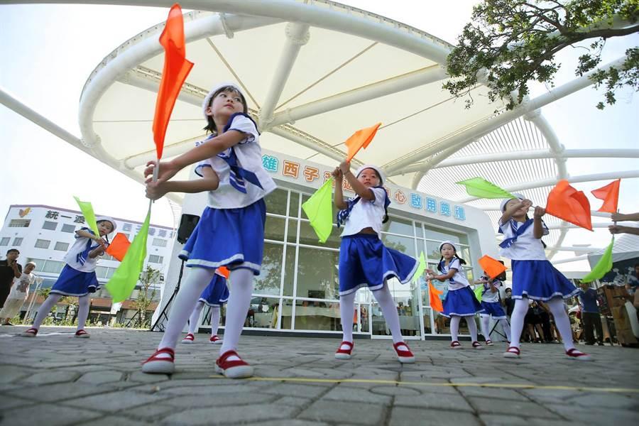 乖寶貝幼兒園小朋友們在西子灣遊客中心前表演歌舞。(王錦河攝)