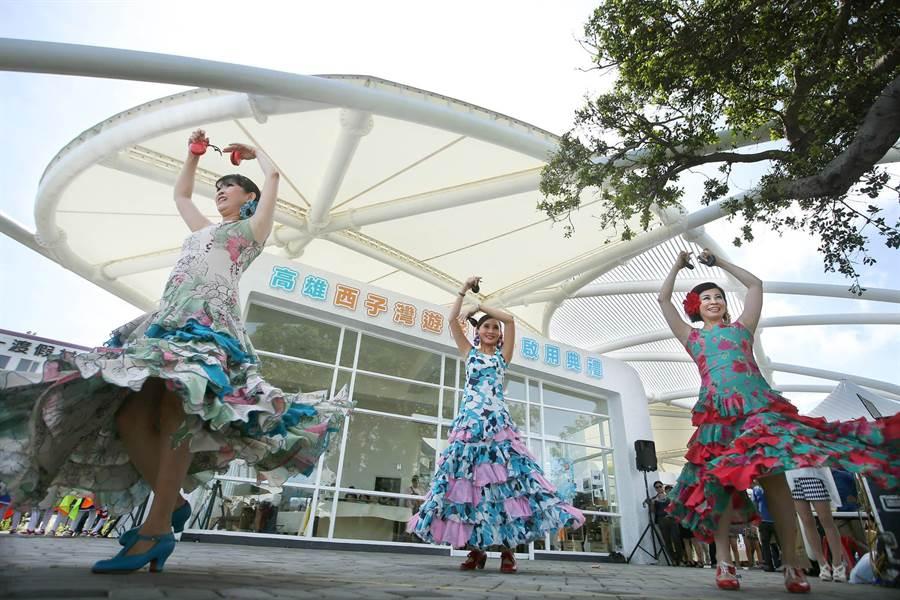 包括港都電台副總翁碧蓮(右)3位舞者在西子灣遊客中心前表演佛朗明哥舞。(王錦河攝)