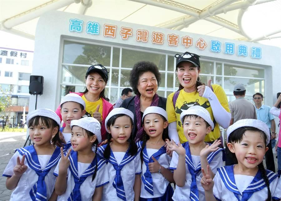 高雄市長陳菊(中)和乖寶貝幼兒園園長蔡金定(二排右)及小朋友們一同在西子灣遊客中心前合影。(王錦河攝)