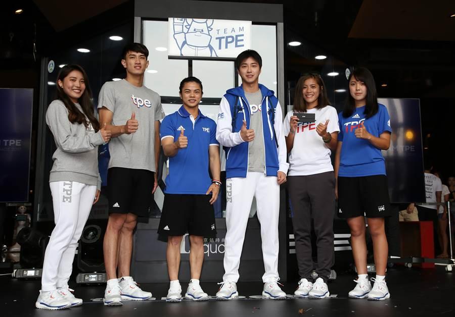 世大運發表代表團新團服,找來桌球名將江宏傑(中)、里奧金牌許淑淨(左三)等人代言。(李弘斌攝)