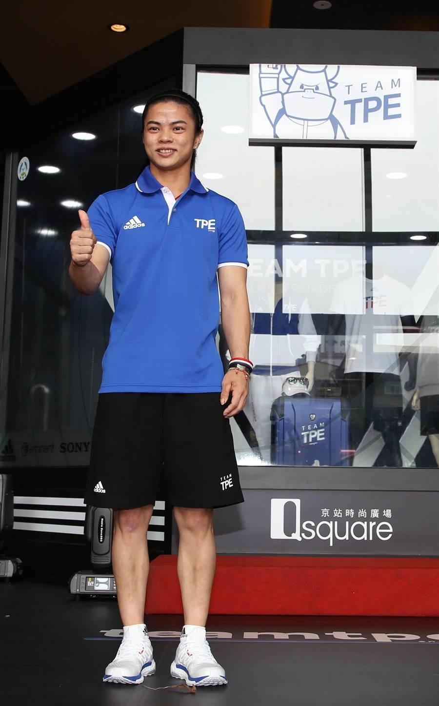 里約奧運金牌許淑淨穿著代表團新服裝帥氣走秀。(李弘斌攝)