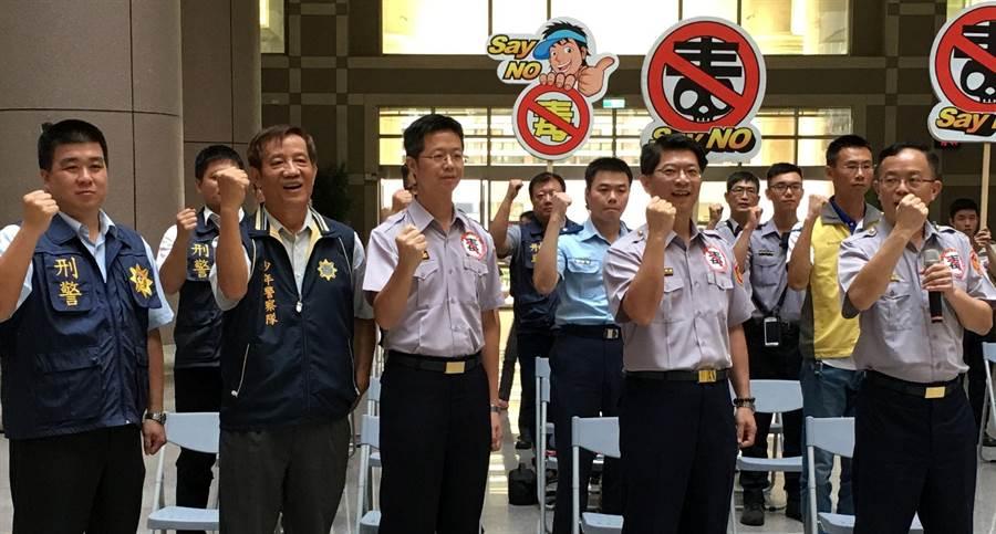 嘉義市警察局副局長吳在堂(右)率員警宣誓打擊毒品不手軟。(廖素慧攝)