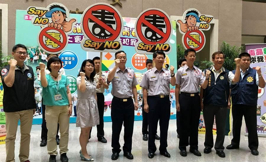 嘉義市警察局與校外會、市府教育處宣誓暑假加強反毒。(廖素慧攝)