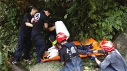 怪手連人帶車滑落山坡 警消救人送醫