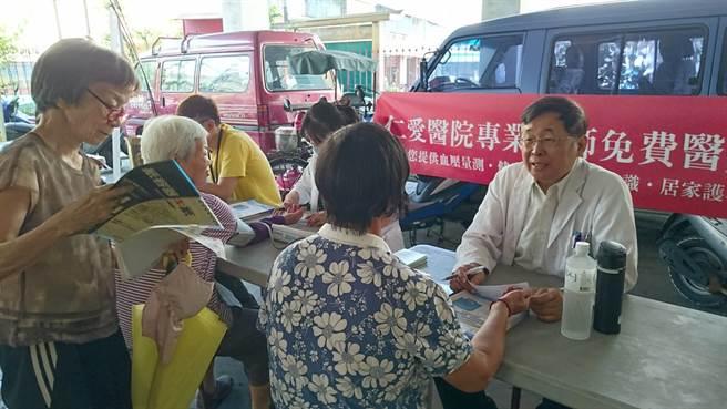 大里仁愛醫院醫護團隊在活動會場提供衛教諮詢。(林欣儀攝)