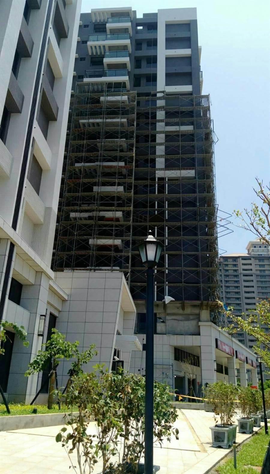 大樓即將完工,許姓工人當時正執行鷹架拆除作業。(陳心瑜翻攝)