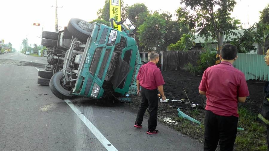 新埤鄉萬安路29日發生一起嚴重交通意外,駕駛砂石車的48歲潘男不僅撞飛機車騎士,還疑因超載重心不穩而翻車。(謝佳潾翻攝)