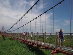萬巒吊橋爆紅 縣府打造水岸綠廊親水空間