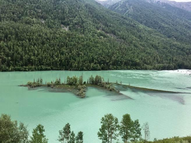 臥龍灣,距喀納斯路途10公里遠的北疆著名景點。(圖/劉佳妮攝)