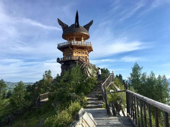 """觀魚台位於新疆布爾津喀納斯景區內,建於海拔2030米的哈拉開特(蒙古語意為""""駱駝峰)。山頂與湖面的垂直落差達600多米,因處於觀察湖怪的最佳位置,故得名觀魚亭。觀魚亭是喀納斯景點中的極品,是唯一一個能駐足飽覽喀納斯美景的最佳平台。(圖/劉佳妮攝)"""