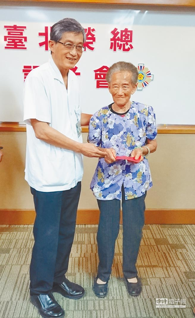 北榮外科部主任馬旭(左)發紅包,恭喜呂陳老太太出院。(陳志祥攝)