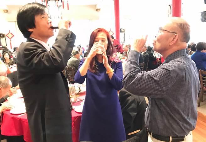馬鍾麟處長伉儷與黃惠喜總董在晚宴上把酒言歡。(圖:陳子巖攝)