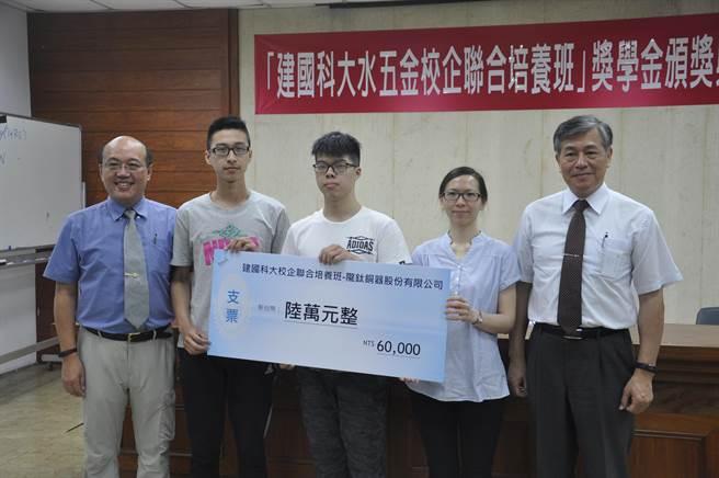 武風企業陳技正總經理親自為自己的員工頒發獎學金。(吳敏菁攝)