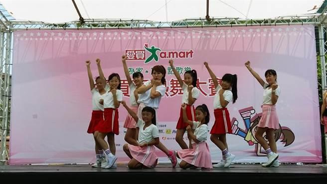 台灣好媳婦佩甄帶兒女出席活動,還與小朋友跳韓流天團TWICE組曲,可愛又性感的舞蹈動作萌翻全場。(愛買提供)