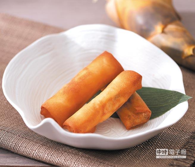 〈鮮筍春捲〉的內餡有綠竹筍丁、韭菜、梅花肉末和蝦米,以及油蔥酥,盛夏吃來很爽口。圖/台北喜來登大飯店