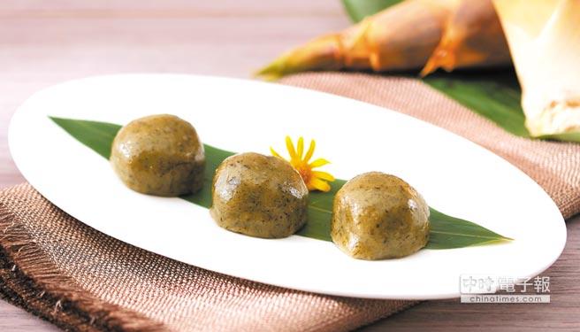 〈筍粿〉是在糯米漿中拌入鼠麴草汁糖作為麵糰,內餡則是炒過並勾芡的綠竹筍、五花肉及香菇丁,蒸煮上桌「賺燒吃」很美味。圖/台北喜來登大飯店