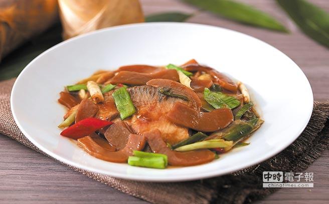 〈醬筍燒魚肚〉是將切段的醬筍與薑、蔥段及辣椒片爆炒過後,再加入虱目魚肚並以醬油膏、糖及蒜苗翻炒提味。圖/台北喜來登大飯店
