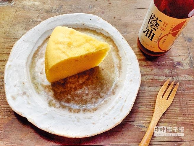比漾貨櫃有小山林「你好台南」系列永興蔭油蒸蛋糕100元,選用台南古法釀製醬油,入口甘甜、尾韻有豆香鹹味。(比漾提供)