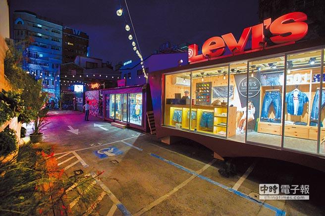 Levi's有Event和Jeans兩個貨櫃,緊鄰的TOUGH Jeansmith outlet商品3折起,Superdry outlet商品5折起,外觀皆呈現品牌獨有的時尚潮流特色。(JOJ PHOTO攝)