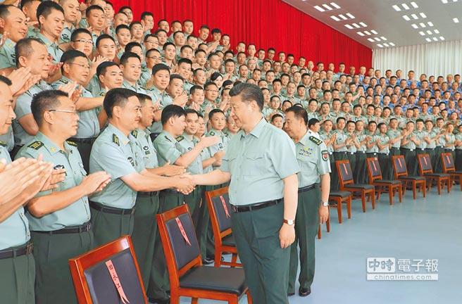 6月30日,中共中央總書記習近平視察人民解放軍駐香港部隊。(新華社)