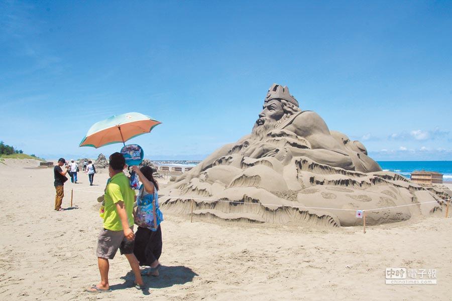 一見雙雕藝術季今天正式開跑,馬沙溝濱海遊憩區展示8座沙雕,還有演唱會與煙火秀。(莊曜聰攝)