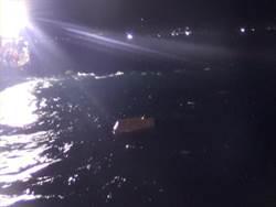 搭保麗龍船夜釣翻船落水 海巡隊急救援