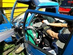 男駕駛小貨車自撞電線桿獲救