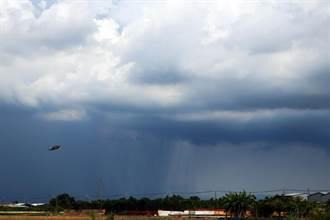 午後對流發展旺盛 台南天空出現雨瀑