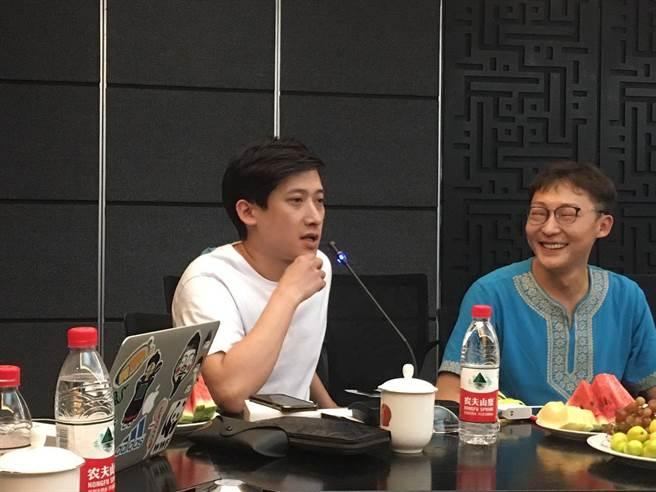艾薩拉姆新疆的團隊,左為烏魯木齊人民廣播電台主持人楊超,右為艾薩拉姆專案的發起人王江江。(圖/劉佳妮攝)