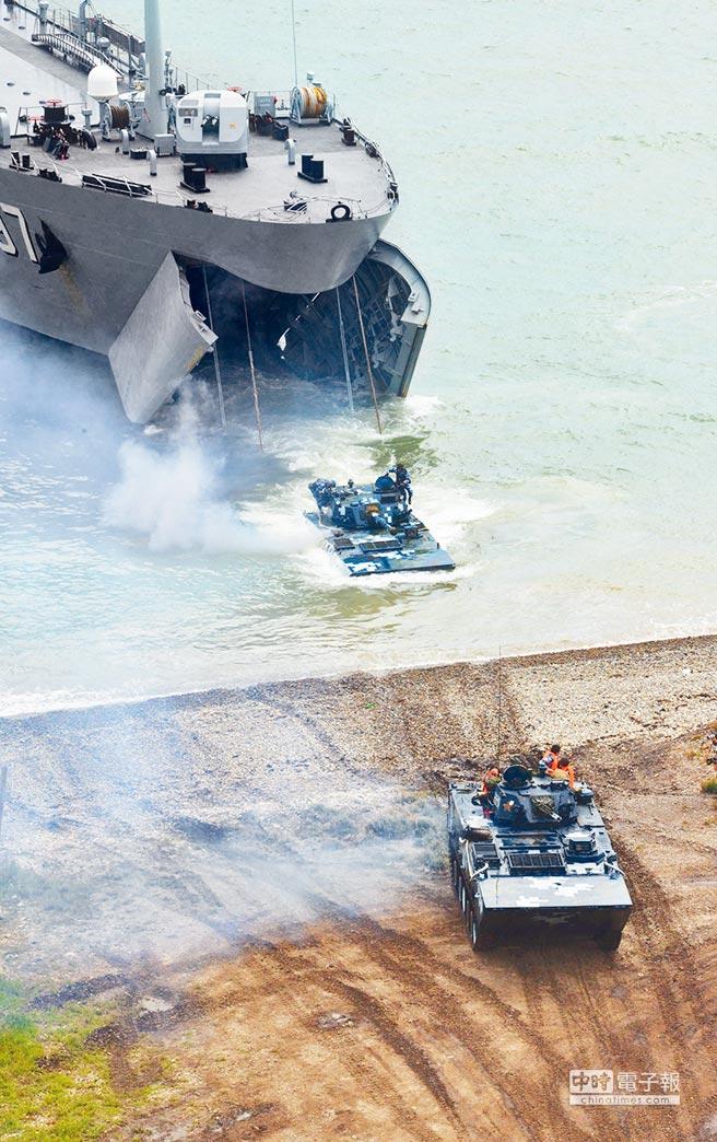 2015年,解放軍兩棲部隊演練登陸作戰。(中新社)