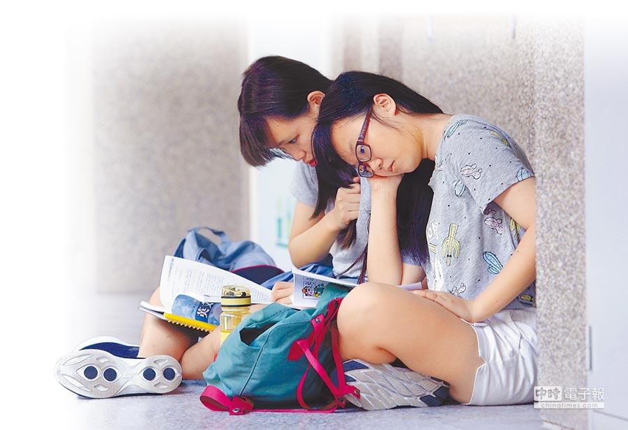 大學指考第2天,4萬多名考生全部上場應考,考生在試場外把握最後時間溫書。(方濬哲攝)