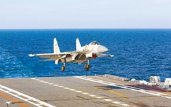 遼寧艦穿台 殲15高調升空演訓