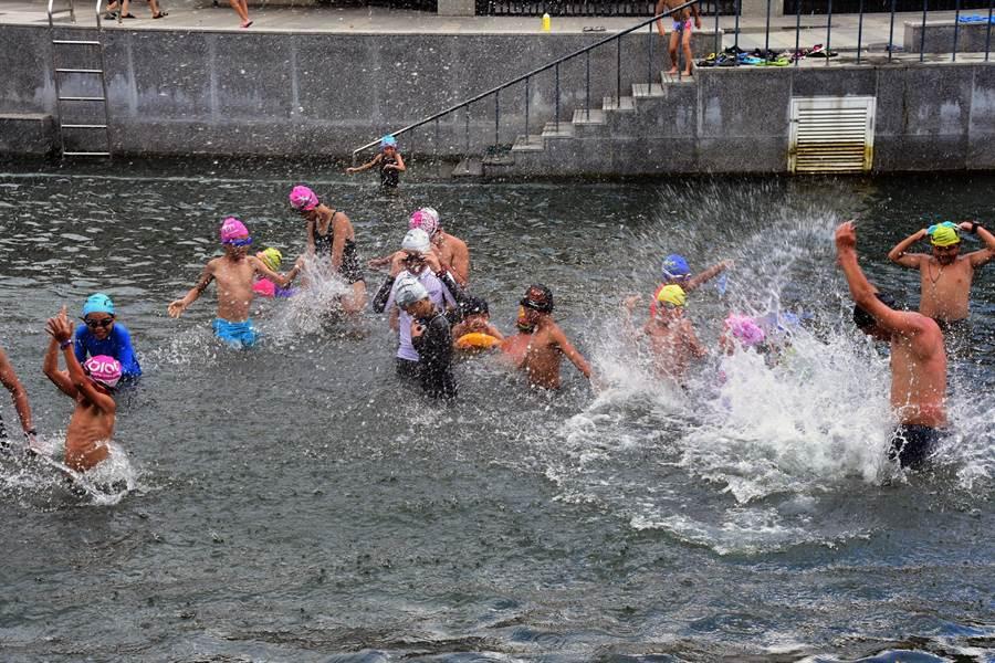 小鐵人夏令營今天在台東市湧泉游泳池開幕,學員們開心玩水,清涼一「夏」。(莊哲權攝)