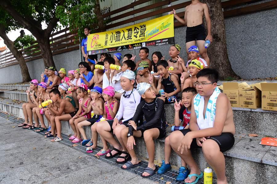 為期6天的小鐵人夏令營今天在台東市湧泉游泳池開幕。(莊哲權攝)