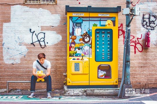 台北市衛工處將忠孝東路SOGO百貨旁的配電箱大改造搖身一變成為生動活潑的「超cute娃娃機」,吸引民眾拍照打卡。(衛工處提供)