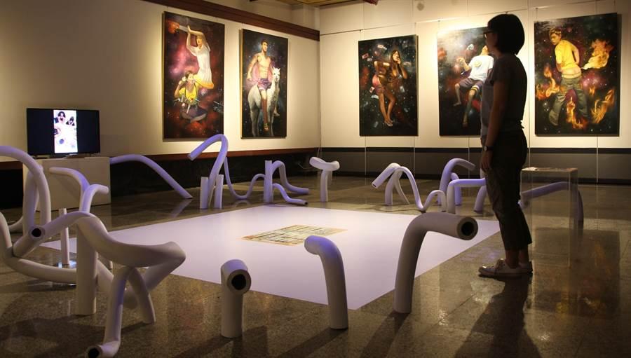 王勝右《少年維特養成計畫》屬互動藝術創作,將網路的標籤化人格,繪製成桌遊。(港區藝術中心提供)