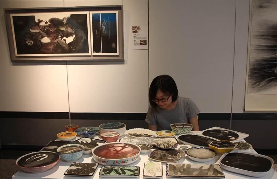 專精版畫創作的黃得誠以〈紅樓宴〉獲得評審團獎青睞。(港區藝術中心提供)