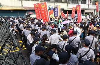 蔡英文訪角宿天后宮 遭抗議群眾丟煙霧彈