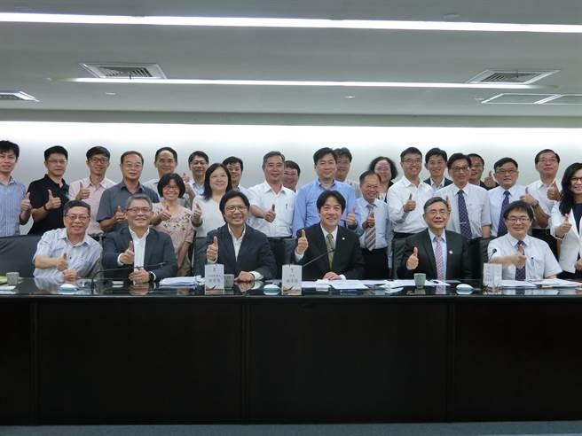 內政部長葉俊榮率團隊到台南說明前瞻計畫推動,賴清德強調,每一錢都會花在刀口上。(曹婷婷攝)