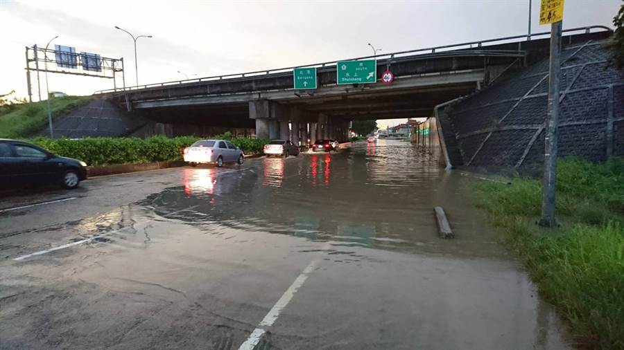 北港路國道一交流道處淹水,無法通行車輛。(廖素慧翻攝)